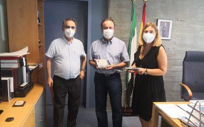 El director general de Patrimonio recibe en Mérida un ejemplar des disco de Aguilera de Heredia